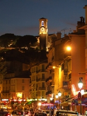 Tour du Suquet, chapelle Sainte-Anne et église Notre-Dame-de-l'Espérance - Français:   Le Suquet de nuit avec vue sur l\'église Notre-Dame de l\'Espérance, Cannes, FRANCE