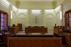 Palais de Justice - Français:   Cour d'appel, petite salle d'audience. À gauche le bureau du procureur, au centre la présidence et les deux juges assesseurs, à droite le greffier. Au premier plan, le pupitre réservé aux plaidoiries des avocats.