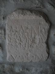 Eglise - Français:   Stèle romaine avec inscription localisée à l'entrée de l'église Saint-Jacques de Plan d'Aups, Var, Provence, France. L'inscription se compose de: