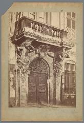 Ancien Hôtel de ville, actuellement office de tourisme - Nederlands:     Identificatie Titel(s): Toegangspoort van het stadhuis van ToulonToulon (Hôtel de Ville) (titel op object) Objecttype: foto  Objectnummer: RP-F-00-3050 Opschriften / Merken: nummer, recto: 'No. 852.'naam, recto, gepreegd: 'MIEUSEMENT PHOTOGRAPHE'naam, recto, gepreegd: 'MONUMENTS HISTORIQUES'opschrift, recto, handgeschreven: 'Louis XI[...] [...] te Toulon.'naam, verso, gestempeld: 'KUNSTBOEKHANDEL J. A. G. DE LEUR PHOTOGRAAF - UITGEVER Huigenspark, 40b. DEN HAAG'verzamelaarsmerk, verso, gestempeld: Lugt 3937  Vervaardiging Vervaardiger: fotograaf: Séraphin-Médéric Mieusement (vermeld op object) Plaats vervaardiging: Toulon Datering: ca. 1875 - ca. 1900 Fysieke kenmerken: albuminedruk Materiaal: karton fotopapier  Techniek: albuminedruk Afmetingen: foto: h 347 mm × b 246 mm  Onderwerp Wat: gate, entrancefaçade (of house or building)balconyatlantes ~ architecturecoat of arms (symbol of sovereignty)townhall Waar: ToulonD    Verwerving en rechten Copyright: Publiek domein