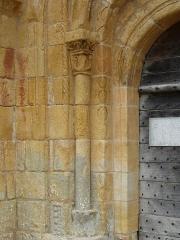 Eglise Saint-Pantaléon - Français:   Colonne à gauche du portail de l'église Saint-Pantaléon de Sergeac, Dordogne, France.