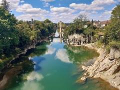 Vieux Pont - Euskara:   Paueko Uhaitza Orthezen eta Erdi Aroko Pont Vieux urrunean, Biarno, Frantzia.