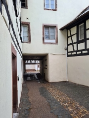 Immeuble - Français:   Strasbourg: passage vers la rue des Moulins depuis le quai de la Petite-France