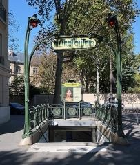 Métropolitain, station Chardon-Lagache - Français:   Bouche du métro Chardon-Lagache, au croisement de la rue Chardon-Lagache et de la rue Molitor (Paris, 16e).