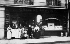 Crémerie-épicerie - Français:   Crémières posant en 1909 devant la devanture - aujourd'hui classée - de la crèmerie moderne du 10 rue Gustave-Flaubert Paris 17°.