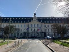 Ancienne Manufacture Royale de Porcelaine, puis école normale supérieure de jeunes filles, actuellement Centre international pédagogique - Français:   Ancienne manufacture nationale de Sèvres, Sèvres.