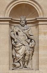 Hôtel des Invalides - Français:   Antoine Coysevox (Français, 1640-1720): statue colossale en pied de Charlemagne, 1706, marbre, façade principale du Dôme des Invalides, Paris, France.