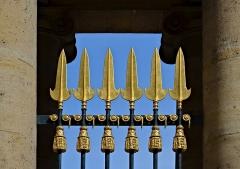 Ancien hôtel de Salm, actuel Palais de la Légion d'Honneur - Français:   Palais de la Légion d\'Honneur (Ancien Hôtel de Salm), détail de la grille extérieure, Paris, (7e)