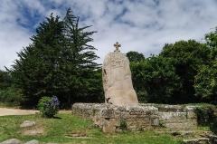 Menhir dit de Saint-Duzec -  Menhir christiannisé de Saint Uzec