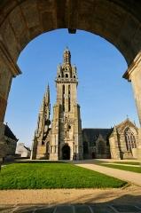 Eglise Saint-Germain, calvaire et ossuaire - Français:   Église Saint-Germain depuis la voute de l'Arc de Triomphe