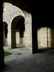 Ancien couvent des Religieuses Urbanistes - Français:   Couvent des Clarisses Urbanistes de Fougères (35). Cloître. Angle des ailes est et nord.