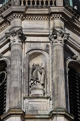 Eglise Notre-Dame-en-Saint-Mélaine - Français:   Détail sculpté de la tour-clocher de l\'église Notre-Dame en Saint-Melaine de Rennes (35). Statue de Saint-Amand sculptée en 1856 par Jean-Marie Valentin.