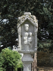 Eglise Sainte-Croix - Français:   Calvaire de la chapelle Sainte-Croix sise à Josselin (56). Face ouest. Sainte-Anne et la Vierge.
