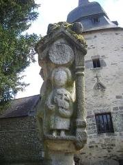 Eglise Sainte-Croix - Français:   Calvaire de la chapelle Sainte-Croix de Josselin (Morbihan, France): face septentrionale