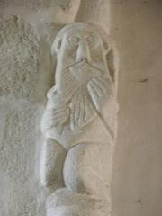 Eglise Saint-Pierre et Saint-Paul - Français:   Vieillard se lissant la barbe. Sculpture romane de l'église Saint-Pierre-et-Saint-Paul de Langonnet (56) sommant le chapiteau sud de la quatrième pile nord de la nef.