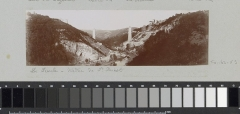 Viaduc des Fades - Nederlands:     Identificatie Titel(s): Viaduct des Fades in aanbouw over de Sioule in de Auvergne Objecttype: foto panoramafoto  Objectnummer: RP-F-F01163-VS Omschrijving: Onderdeel van Fotoalbum van een Franse amateurfotograaf met opnames van uitstapjes in Frankrijk, Spanje, België, Luxemburg en Nederland, de eerste automobielen en autoraces.  Vervaardiging Vervaardiger: fotograaf: Delizy (toegeschreven aan) Plaats vervaardiging: Auvergne Datering: 1904 Fysieke kenmerken: daglichtgelatinezilverdruk Materiaal: papier fotopapier  Techniek: daglichtgelatinezilverdruk Afmetingen: foto: h 53 mm × b 175 mm  Onderwerp Wat: landscape with bridge, viaduct or aqueductbuilding-sitecolumn, pillar ~ architectureriver (+ landscape with figures, staffage)railway, train Waar: Auvergne  Verwerving en rechten Verwerving: overdracht van beheer 1994 Copyright: Publiek domein