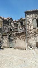 Maison adossée au front Nord des remparts - Français:   Vue d\'ensemble de l\'Hôtel de Grailhes, à La Couvertoirade