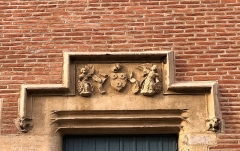 Ancien collège Saint-Raymond -  Armoiries au-dessus de la porte d\'entrée du musée Saint-Raymond (écu de la famille d\'Auxillon, \