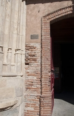 Eglise Saint-Nicolas - Français:   Église Saint-Nicolas de Toulouse - JEP 2103. On peut remarquer l\'écriteau indiquant le niveau de la crue de la Garonne de 1875.