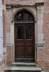 Hôtel Jean Catel - Français:   Toulouse - Porte Renaissance dans la cour de l\'hôtel de Catel (6 place Saint-Etienne). Datation inconnue pour autant que je sache, mais le style semble très proche de celui de la porte d\'escalier de l\'hôtel de Brucelles, datée de 1544.
