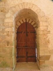 Ancien prieuré grandmontain de Fontblanche - Deutsch:   Grandmontine Priory Fontblanche, comm. Genouilly, Département Cher, France, interior of the church, north portal inside