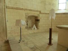 Ancien prieuré grandmontain de Fontblanche - Deutsch:   Grandmontine Priory Fontblanche, comm. Genouilly, Département Cher, sacramental niche in north side of choir