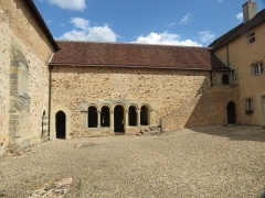 Ancien prieuré grandmontain de Fontblanche - Deutsch:   Grandmontine Priory Fontblanche, comm. Genouilly, Département Cher, France, inner courtyard, left priory church, front: chapter house, and right, former convent building