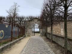 Ancien évêché et ses jardins, actuellement Musée des Beaux-Arts - Français:   Portail d'entrée des jardins de l'Évêché, Chartres.