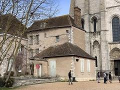 Maison sise place de la Cathédrale, en face de la tour Nord de la cathédrale - Français:   Maison canoniale, 7 cloître Notre-Dame, Chartres.