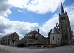 Ancienne grange dîmière - Français:   Grange dimière et église Saint-Pierre de Cormainville, Eure-et-Loir, France.