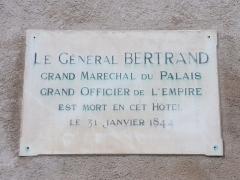 Ancien hôtel du Maréchal Bertrand - Français:   Inscription:  Le Général BERTRAND  Grand Maréchal du Palais  Grand Officier de l'Empire  Est mort en cet Hôtel  le 31 janvier 1844