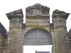 Château de la Ferté - Français:   Château de La Ferté-Saint-Aubin (Loiret, France): portail occidental