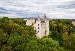 Domaine de Saint-Brisson - Français:   Vue permettant d'apercevoir la hauteur des fortifications médiévales.
