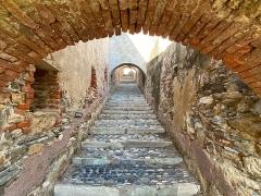 Citadelle et palais du Gouverneur, partiellement aménagé en Musée d'Ethnographie - Corsu:   Le chemin de ronde de la citadelle de Bastia, le long des remparts sud