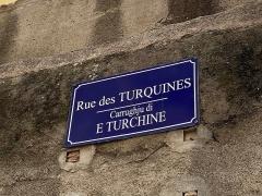 Citadelle et palais du Gouverneur, partiellement aménagé en Musée d'Ethnographie - Français:   Noms corses et noms français de la rue des Turquines, carrughju di e Turchine, à la citadelle de Bastia