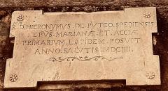 Eglise Sainte-Marie, ancienne cathédrale - Français:   Cathédrale Sainte-Marie, Bastia: inscription lapidaire dans le mur extérieur nord (rue de l'Evêché). Première pierre posée en 1604, par l'évêque Monseigneur del Pozzo.
