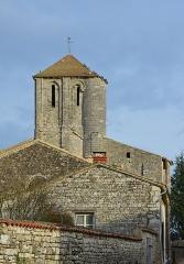 Eglise Saint-Junien de Vaussais - Français:   Murs de pierre caractéristiques et clocher de l'église de Vaussais, Sauzé-Vaussais, Deux-Sèvres, France.