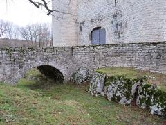 Château d'Andelot - Français:   Vue du fossé entourant le château, à droite de l'entrée.