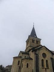 Eglise Notre-Dame - Français:   Les trois absides romanes, ouvertures agrandies au 17ème, transept nord, ouvertures du 17ème, toitures à deux niveaux, clocher roman, flèche 19ème.
