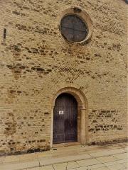 Eglise Notre-Dame - Français:   portail roman, deux colonnes gallo-romaines en réemploi, appareil réticulé premier art roman, oculus 17ème