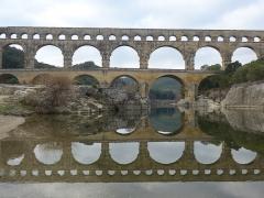 Pont du Gard et aqueduc romain de Nîmes - Français:   Construit au premier siècle après JC, le but du pont était de transporter l\'eau de la montagne jusqu\'à la ville de Nîmes.  Le canal-tunnel se trouve au troisième niveau. Le pont est classé dans la base Mérimée des monuments historiques sous la référence PA00103291.  Il est aussi classé au patrimoine mondial de l\'UNESCO sous l\'intitulé: Pont du Gard