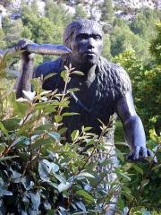 Grotte de la Caune de l'Arago - English:   Homo erectus from Tautavel, France (sculpture in front of the entrance of Museum Tautavel)