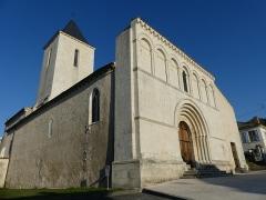 Eglise Saint-Martin du Petit-Niort - Français:   Façade romane et mur du 11ème