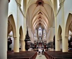 Abbaye - Français:   Nef de l\'église de Remiremont. Vosges
