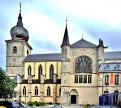 Abbaye - Français:   Façade est de l\'église de Remiremont. Vosges