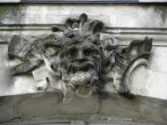 Immeuble - Français:   Immeuble 13 Rue Kervégan à Nantes (44). Mascaron de la 2ème travée du 1er étage (numérotation de gauche à droite).