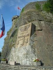 Vestiges des remparts -  Bas-relief sur les fortifications en mémoire aux victimes de la guerre