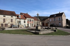 Croix - Français:   Place de la Croix à Gissey-sous-Flavigny (21).