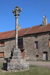 Calvaire en pierre - Français:   Croix du bourg de Marcilly à Marcilly-et-Dracy (21).