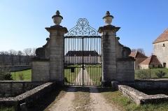 Château de Tanyot et ses dépendances - Français:   Château de Tanyot à Tanay (21).